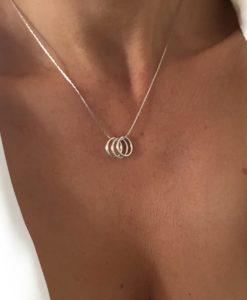 Collier fin argente anneaux entrecroises