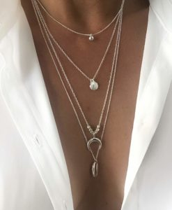 Collier quatre-rangs medaillon et coquillage